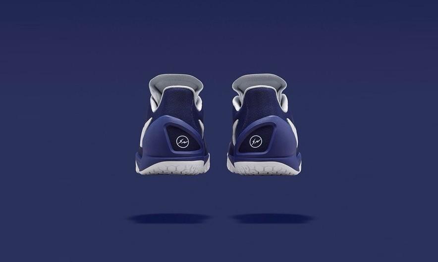 前几日率先发布的 fragment design x NikeLab 联名 Hyperchase 继橄榄绿与格纹两款后,今天 NikeLab 再度发布系列第三配色。搭载 Flywire 动态飞线技术以及轻量 Fuse 鞋面的不变配置可为双脚提供优质支撑与包裹,蓝/白配色 fragment design 元素的加入更使关注度增加。藤原浩主理的 fragment design 近来与 Nike 的合作频频发布,此番全新三个配色的 Hyperchase 已经发布,究竟日后还是否有更加令人期待之作释出?我们拭目以