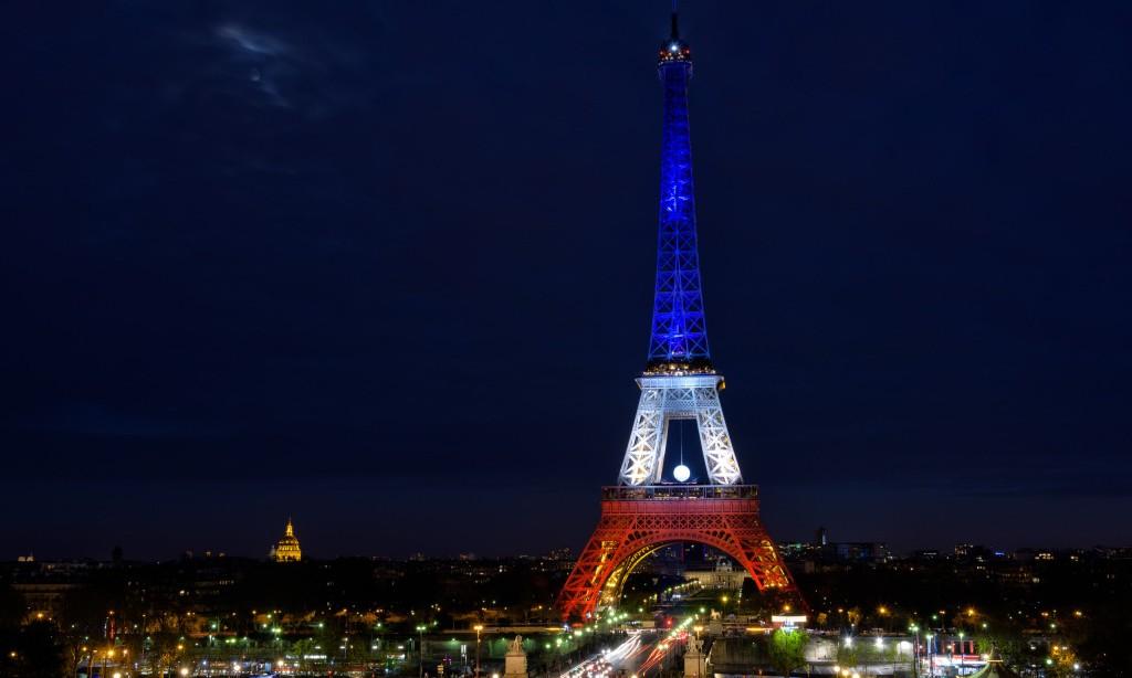 2016 欧洲杯 (UEFA Euro 2016) 即将拉开帷幕,届时,全球各地的球迷都将齐聚巴黎,展开一段奇妙的足球旅行。而除了看球,住宿当然也是这次旅程必不可少的一部分,而房屋租赁公司 HomeAway 则为你打造了一个全世界独一无二的梦幻住所:将把巴黎埃菲尔铁塔一层改造为奢华客房,而入住的幸运儿将从众多申请者选出 4 位,并在欧洲杯期间入住。据悉,客房的内饰设计将以奥斯曼风格为主,房间内可以将纪念碑、凯旋门、圣心大教堂和塞纳河的全景一览无余。正如 HomeAway CEO Brian Sharple