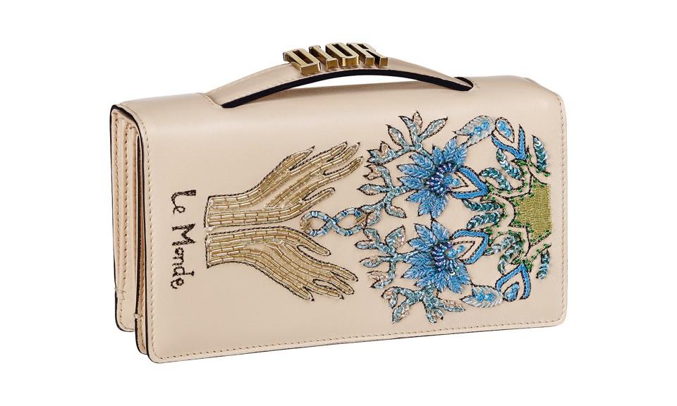 """自去年 Maria Grazia Chiuri 入主 Dior 担任新的创意总监以后,首度带来了全新的包袋设计。她将 12 星座、塔罗牌的灵感运用到了手袋上,表达了现代女性的感情、意志与力量。12 星座的图案和塔罗牌的牌面都用细腻的刺绣工艺设计。""""DIOR""""、""""J'ADIOR"""" 的新金属标志也同时启用,让每一天的好运都都通过手袋伴随着每一个现代都市女性。"""
