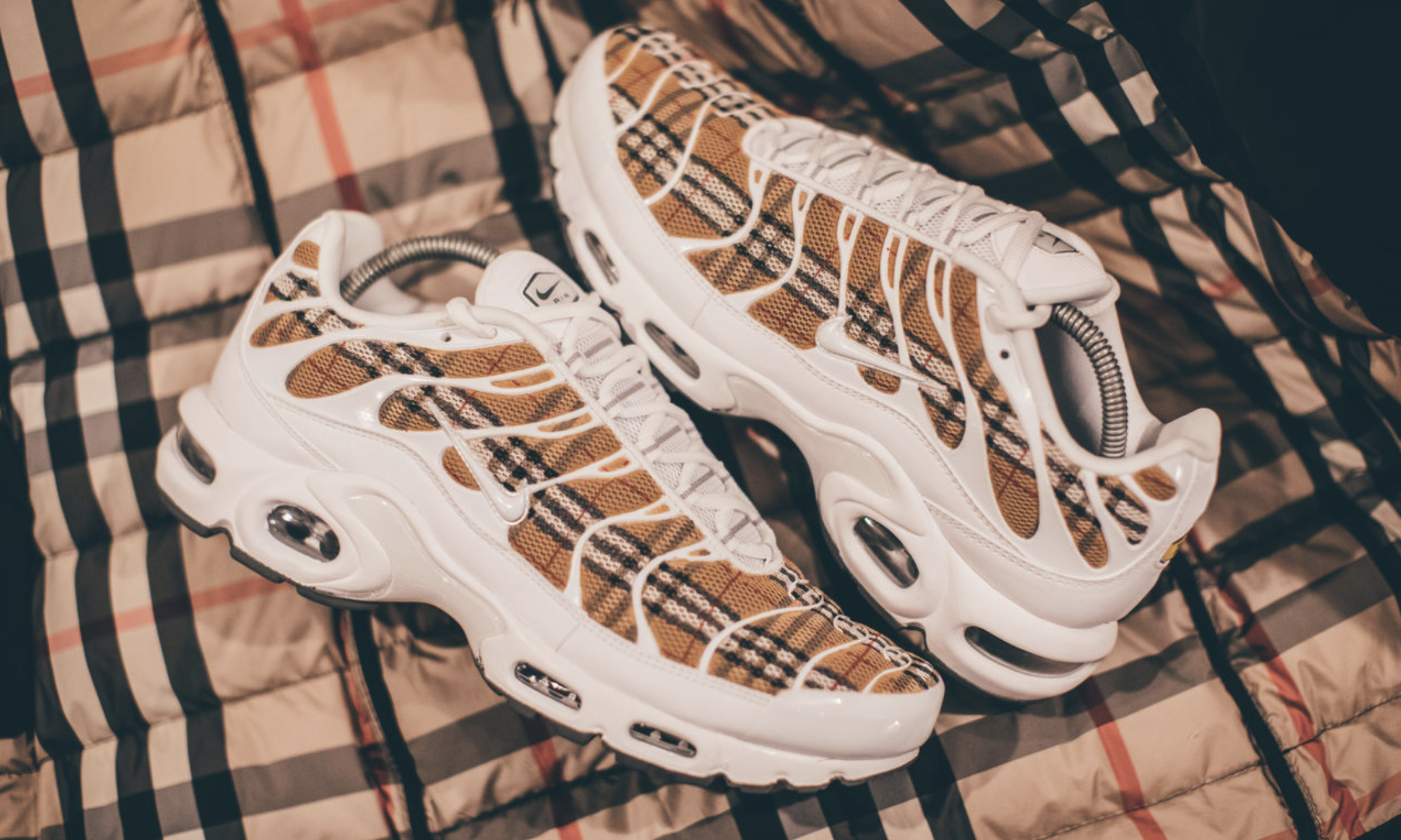 huge selection of 8ddc2 3c618 把Burberry 经典格纹和Nike Air Max Plus 组合在一起是什么样 ...