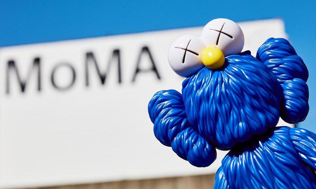 "MoMA 将再次发售 ""KAWS:BFF"" 蓝色及黑色版本公仔"