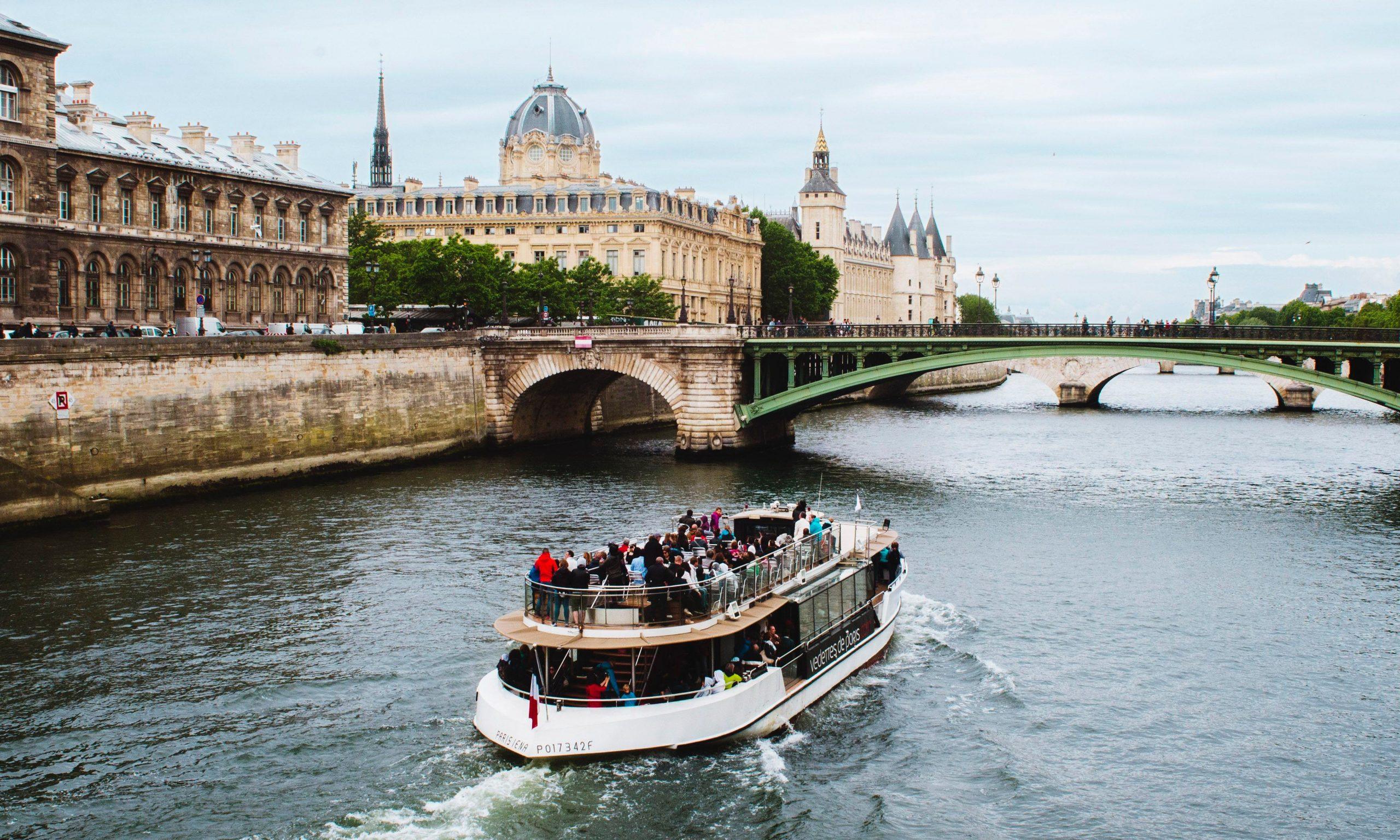Balmain 将于巴黎塞纳河举行船上时装秀