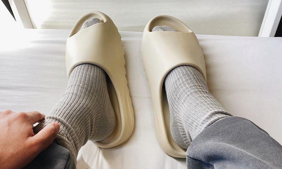 就因为好凹造型,YEEZY 拖鞋价格炒到好几倍?
