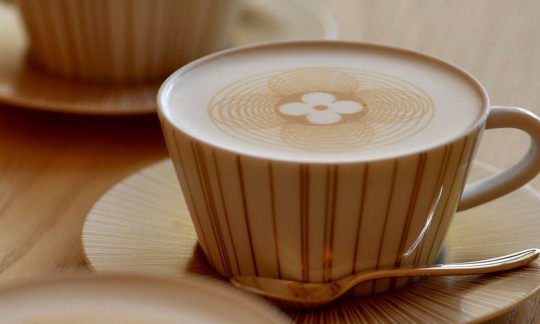 LV 的 Monogram 不仅能做包,还有咖啡和巧克力