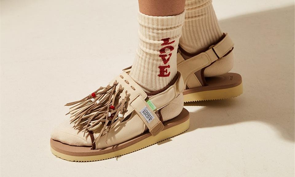 不会真有人觉得穿拖鞋「显老土」吧?