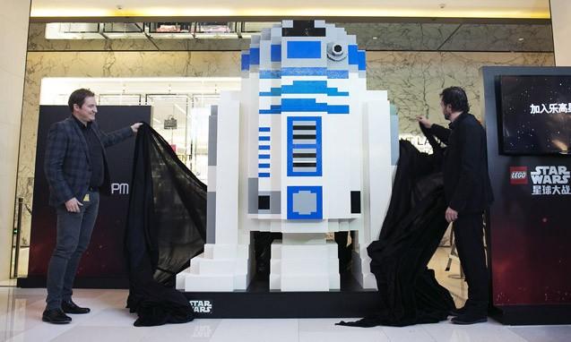 LEGO® 《STAR WARS》 巨型 R2-D2 模型亮相上海